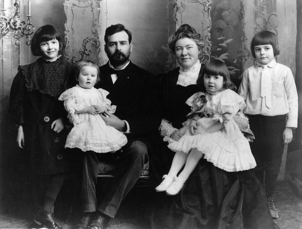 10. Mama lui Ernest Hemingway îl îmbrăca în hainele surorii lui pentru a-și împlini fantezia de a avea gemeni.