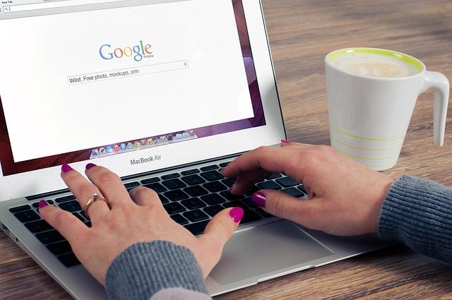 2. Caută restaurante mai ieftine - femeie care caută pe laptop pe google