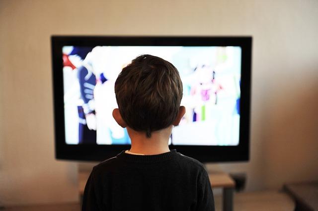 6. Filmele la cineva  - copil in fata televizorului