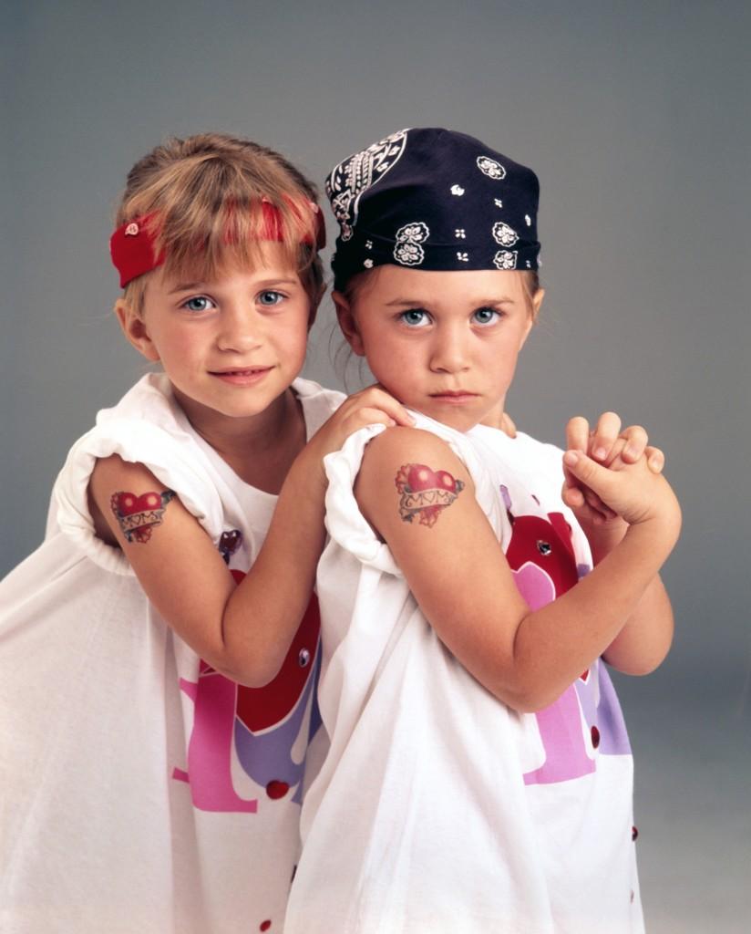 8. Deși sunt foarte asemănătoare la aspect, Mary-Kate și Ashley Olsen nu sunt identice, doar gemene înrudite.