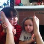 16. Această mamă care a spus copiilor săi că poate să vorbească cu Moș Crăciun prin intermediu picioarelor tatălui.