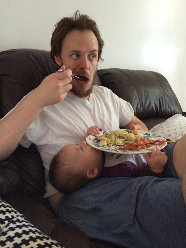 17. Acest tată care a știut cât de mult le place bebelușilor să țină lucruri în brațe.
